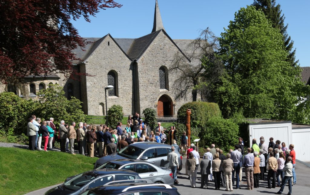 Saüle der Freundschaft und Partnerschaft zwischen den Dörfern Magyaregregy (Ungarn) und Stockum am Aufgang zum Kirchhof